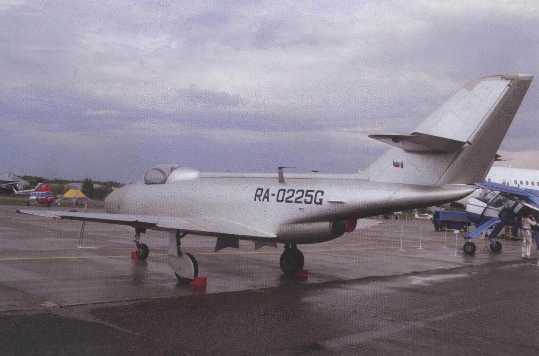 Восстановленный до летного состояния самолет Як-32 на аэродроме ЛИИ им. М. Громова