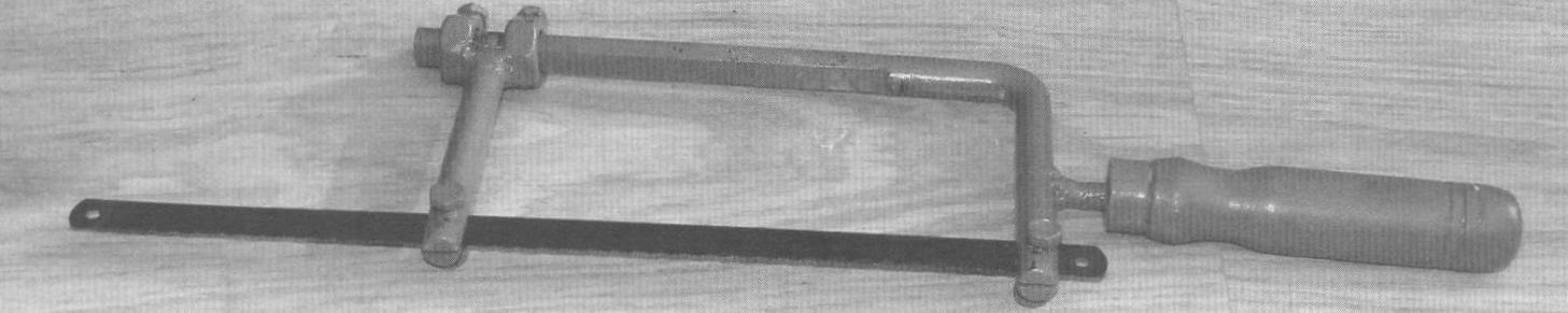 Фото 1. Использование самодельной ножовки для работы с цельным полотном