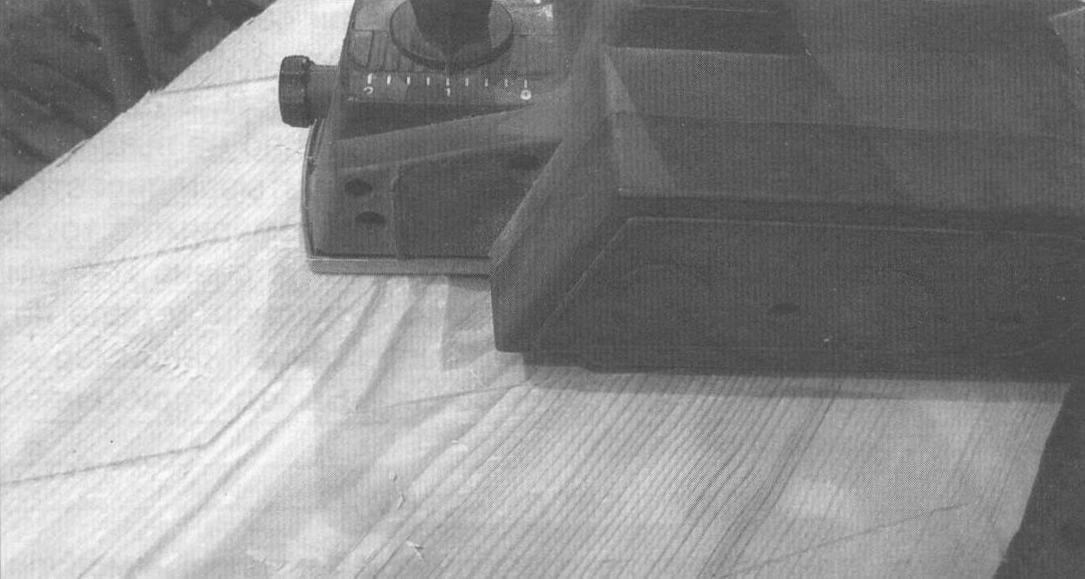 Выравнивание лицевой поверхности столешницы (по диагонали) электрическим ручным рубанком