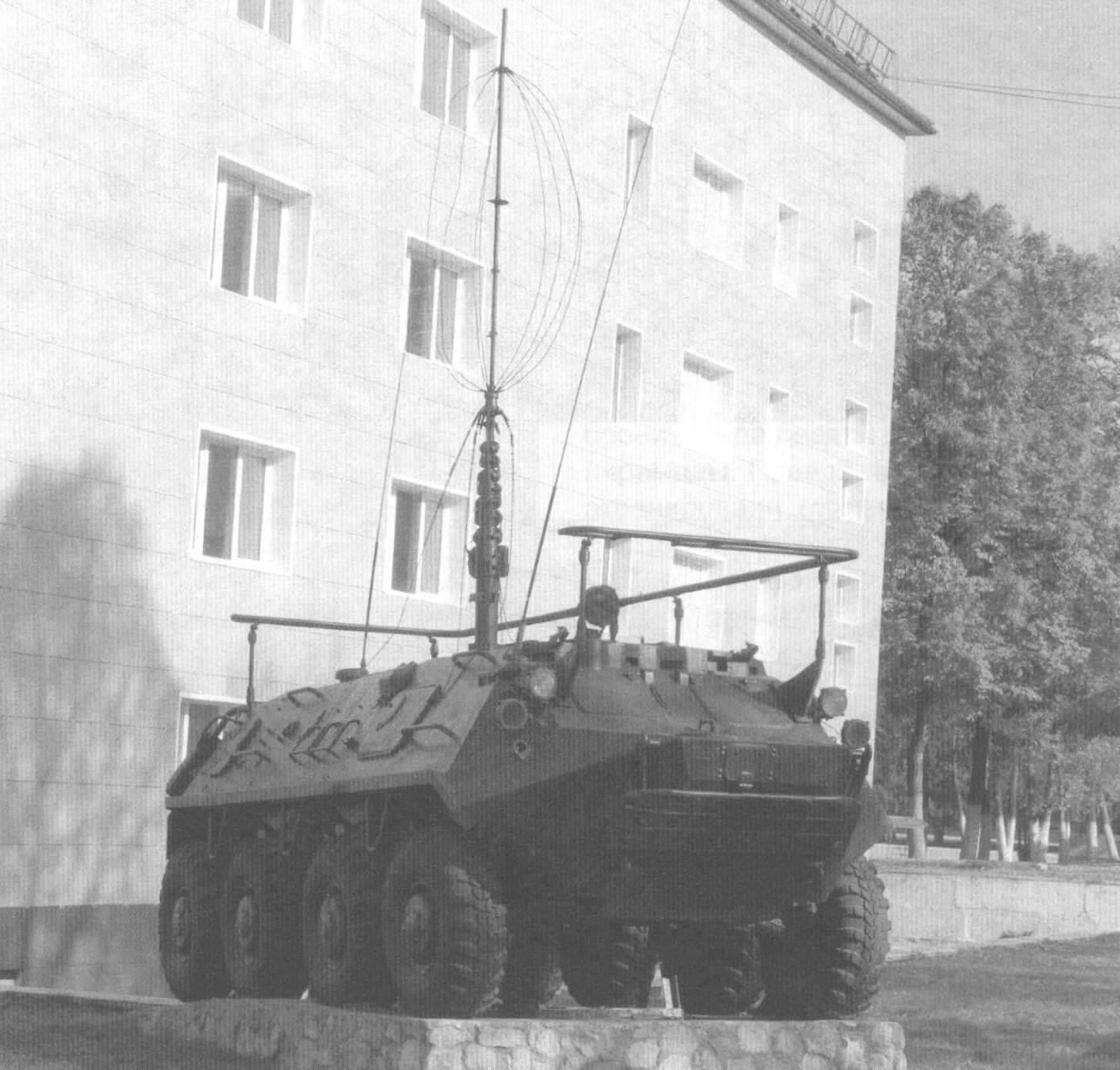 Командно-штабная машина на базе БТР-60П на территории Рязанского высшего военного командного училища связи