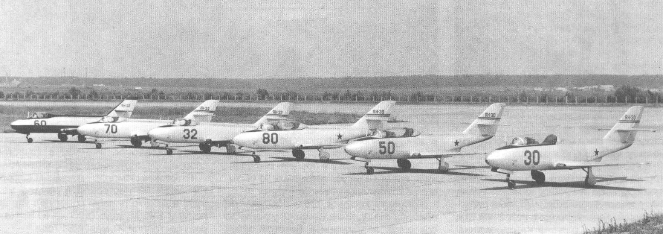 Линейка самолетов Як-30 и Як-32 перед воздушным парадом в Тушино. 1961 г.