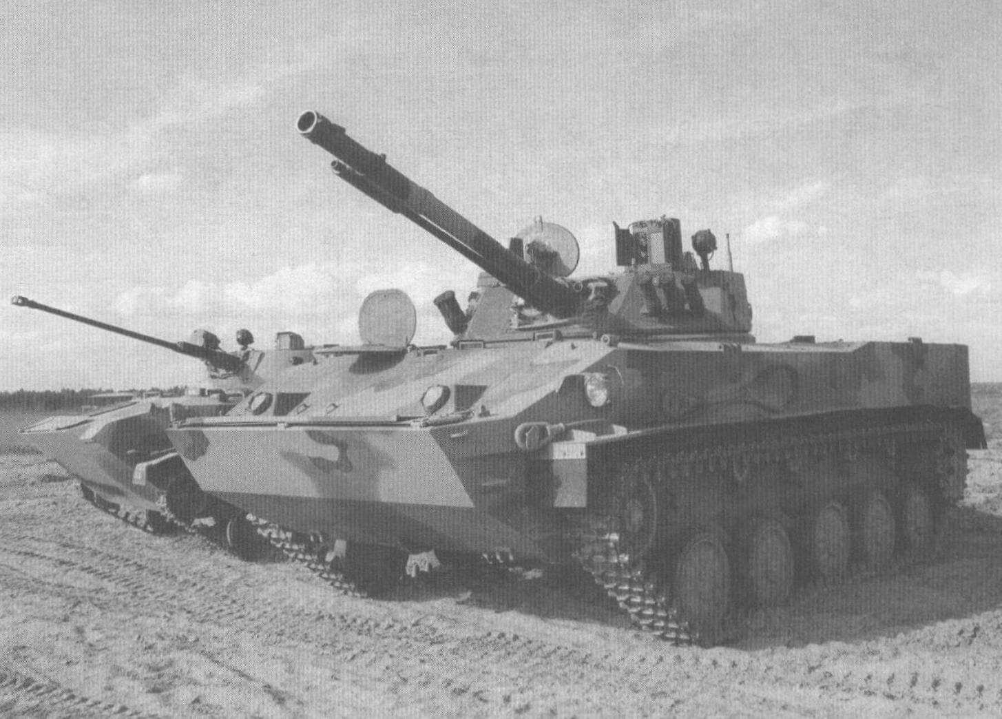 БМД-4. На заднем плане - БМД-3