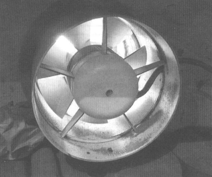 Вытяжной вентилятор «Вентс 125», встроенный в воздуховод в стене у пола