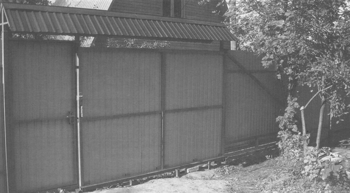 «Обратная сторона медали» - вид ворот со стороны дачного участка