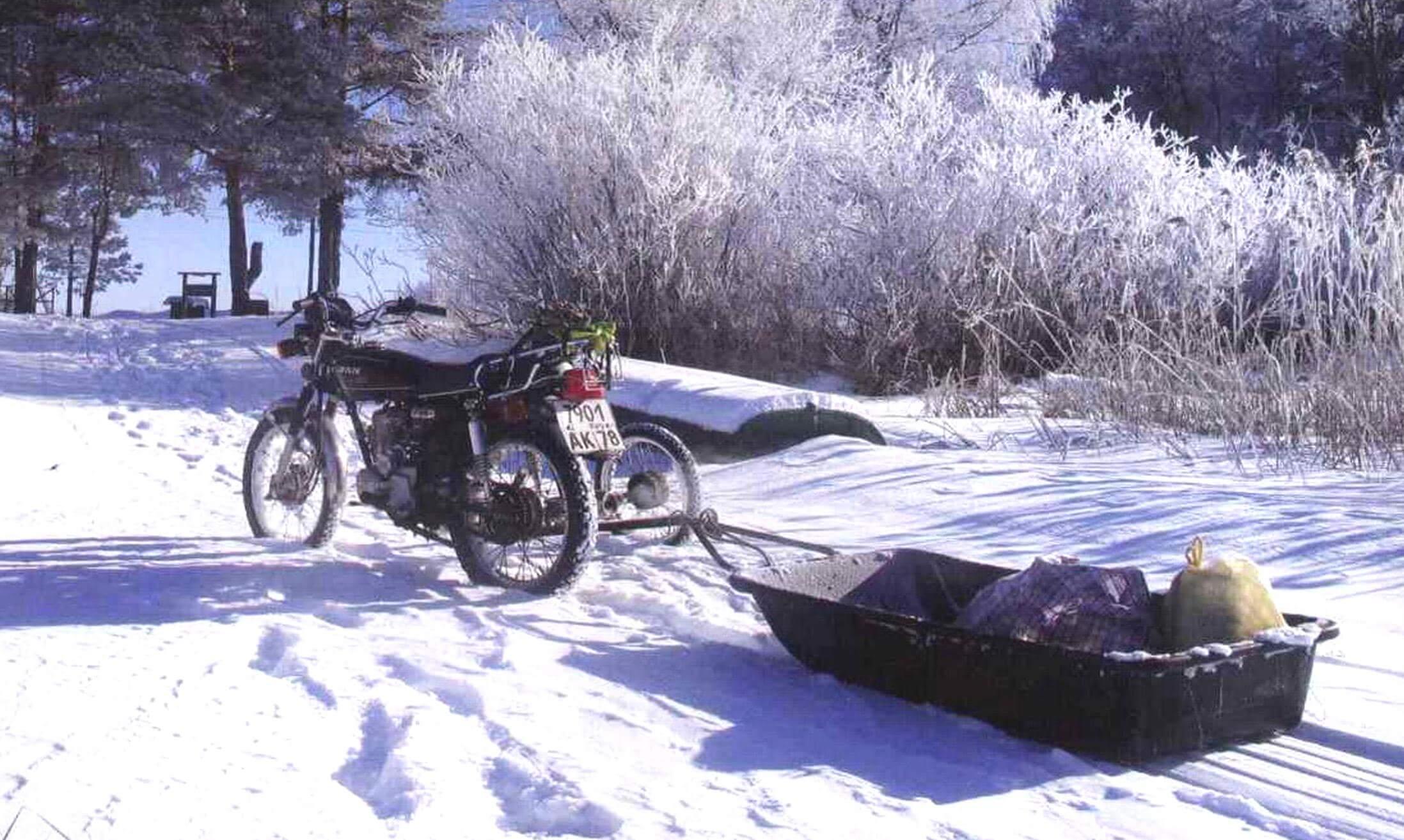 При необходимости к мотоциклу с «бегунком» можно прицепить сани-волокуши