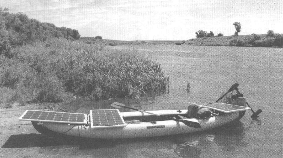 Второй вариант «солнечной электростанции» отличался наличием на байдарке трех панелей