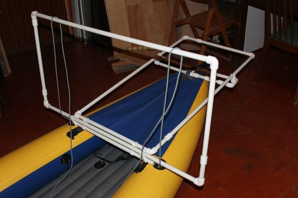 Рамы для установки солнечных панелей. Продольная закреплена на носу неподвижно, а поперечная сделана откидной - она работает как крышка багажника