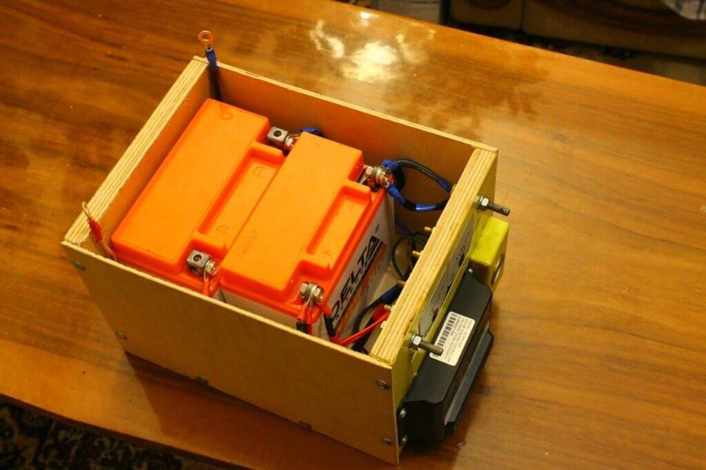 Блок электроники. Его корпус сделан из фанеры. Внутри установлены два мотоциклетных аккумулятора