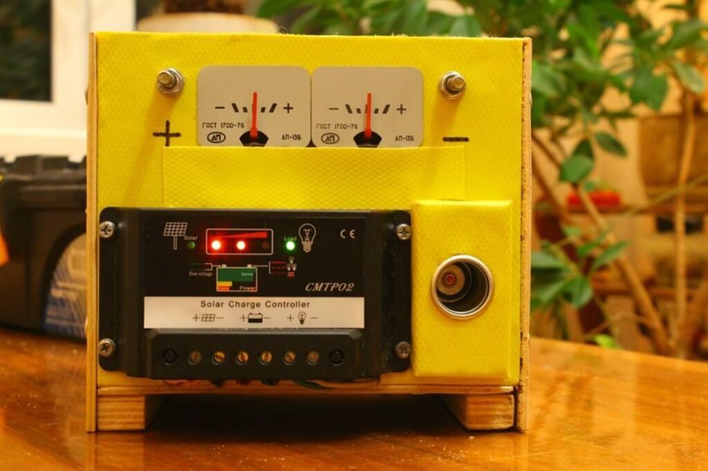 Снаружи блока электроники закреплены контроллер, два амперметра и гнездо «прикуривателя»