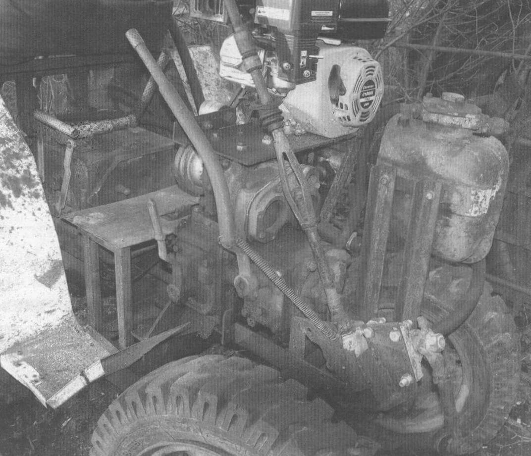 Передняя часть минитрактора с рычагами сцепления и КПП
