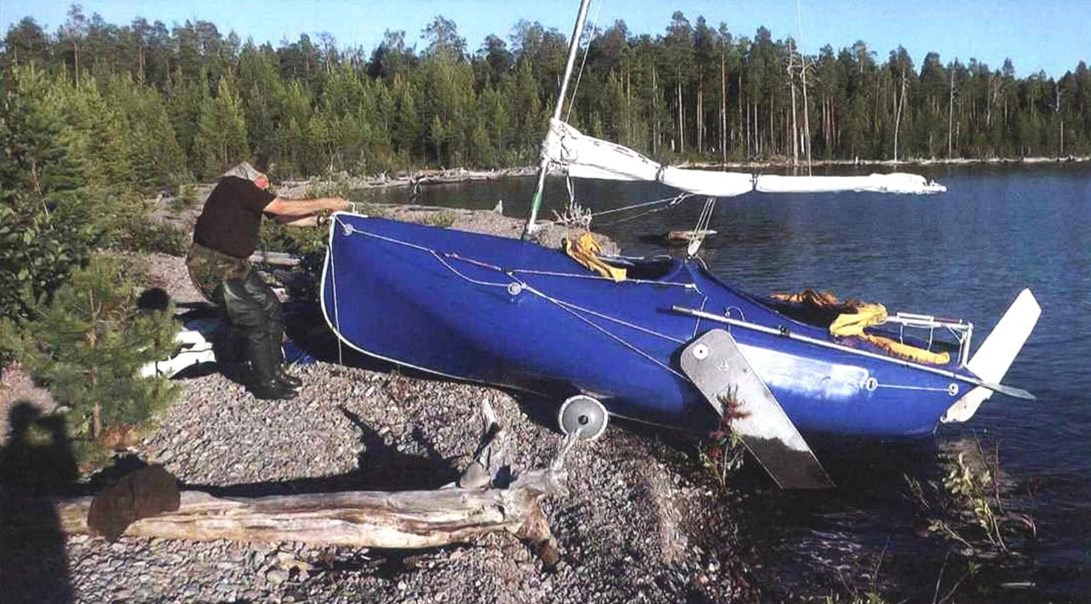 Для вытаскивания лодки на берег используются два надувных катка