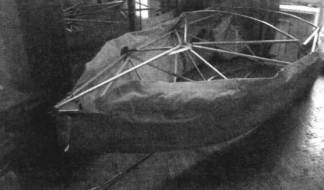 Продольно склеенные между собой баллоны укладываются при сборке под оболочку лодки. Большие вниз, маленькие вверх. Склейка приходится вдоль привального бруса
