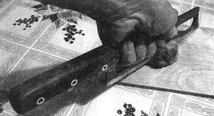 Резка замороженного фарша, держа нож за лезвие
