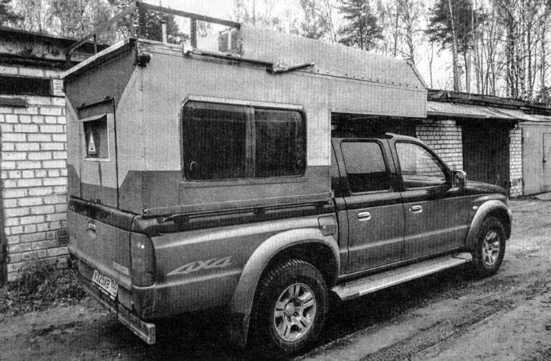 Для облегчения подъема крыша оборудована четырьмя (по два с каждой стороны) газовыми «упорами» от автомобильных багажников