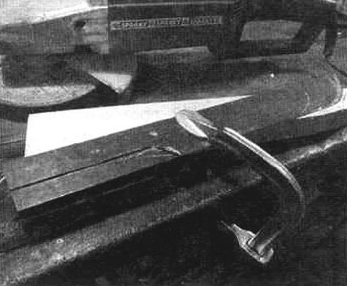 Полотно пилы прижато струбциной к верстаку