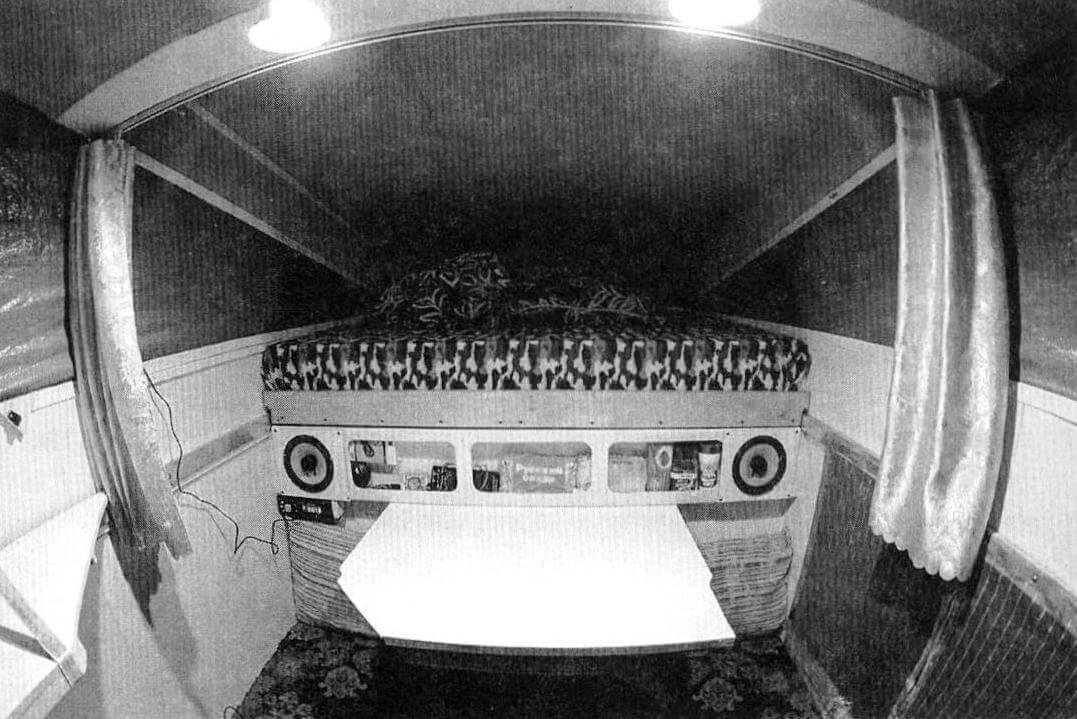 «Домик» наполняется комфортом: появились полочки для мелочей, матрас, свет, музыка, шторки...