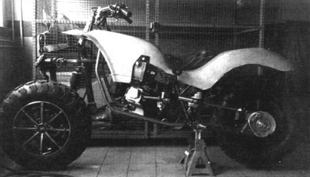 Процесс выклейки облицовки мотоцикла с интегрированным в нее бензобаком
