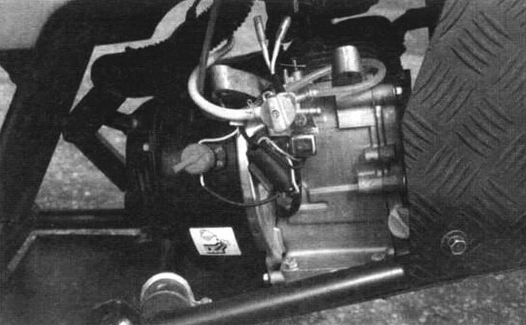 Силовая установка (вид справа). Запуск двигателя осуществляется штатным ручным стартером «веревочного» типа (pull-стартер)