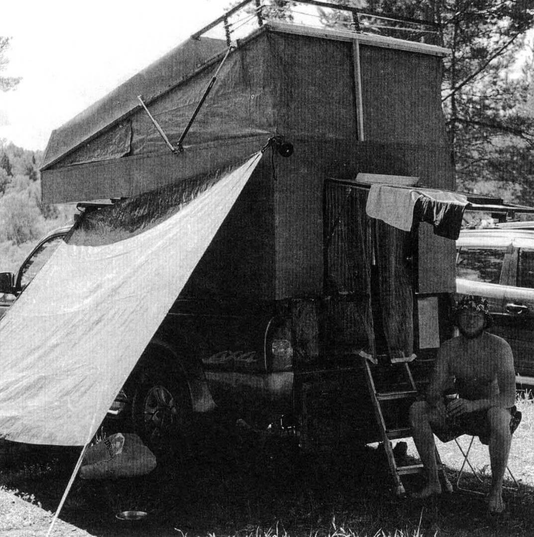 Поднятая вверх задняя дверь модуля может служить крышей для летнего душа или тамбура перед входом. А под навесом-«маркизой», закрепленной сбоку, удобно хранить на стоянке дрова и прочий походный скарб (это пока пробная версия, она будет доработана)