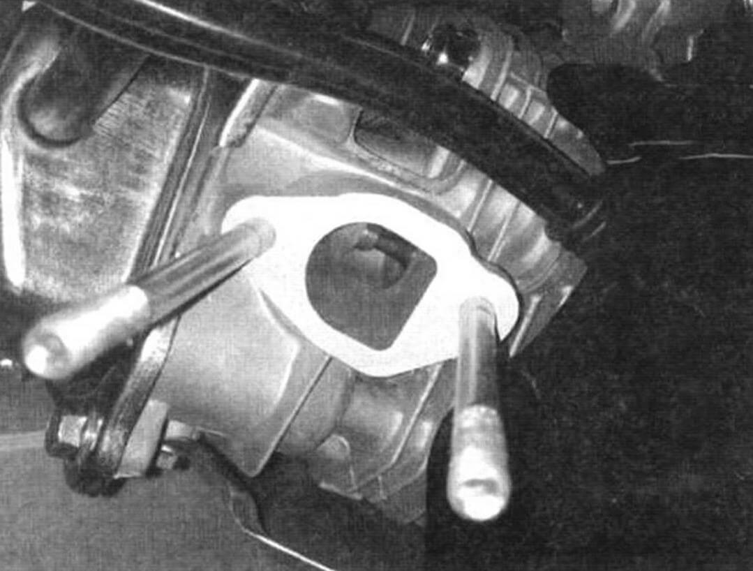 Впускной канал головки цилиндра двигателя Lifan 168F-2 явно больше, чем предполагает штатный карбюратор, что позволяет заменить его на...