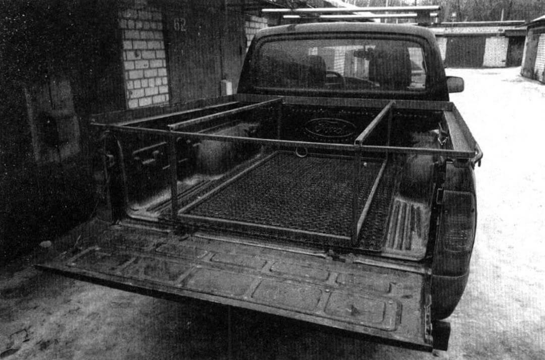 Для изготовления каркаса использовались стальные трубы 20x20 мм и уголок 50x50, образующий П-образную раму по контуру кузова пикапа