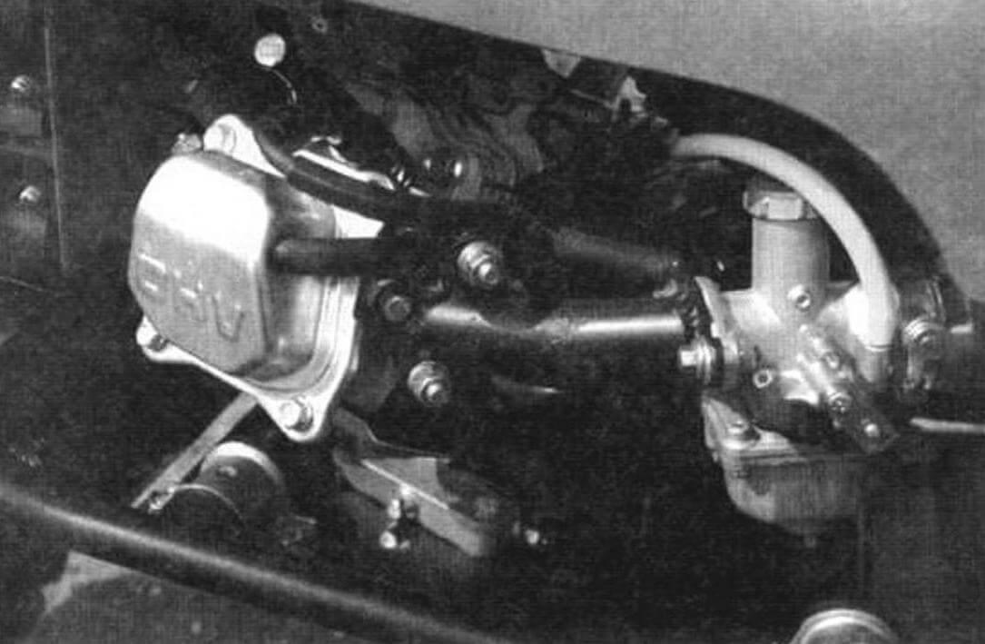 ...более совершенный китайский клон «Микуни», а из-за общей компоновки мотоцикла шпильки впускного коллектора поменяли свое вертикальное положение на горизонтальное