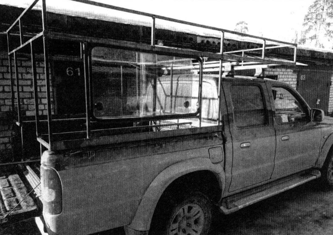 Примерка остова на автомобиле. Справа по ходу движения в каркас вварена рама окна