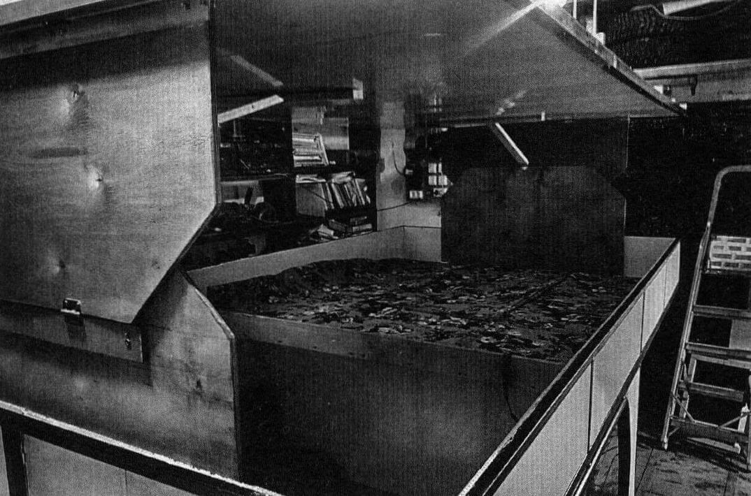 Во второй версии использовались складные фанерные стенки спереди и сзади, но и эта конструкция не внушала доверия: плоская горизонтальная крыша прогибалась под своим весом