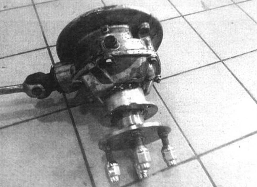 В основе колесных редукторов «Диверсанта» лежат редукторы мотоцикла «Урал», переделанные таким образом, чтобы можно было использовать консольное крепление колес