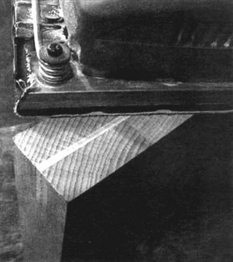 Обработка заготовки доски виброшлифовальной машинкой.