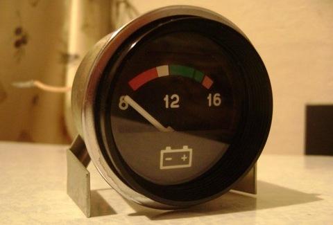 Уровень заряда АКБ кон контролируется по автомобильному вольтметру
