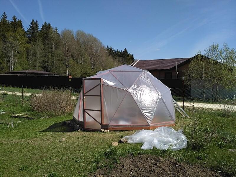 Возвести геодезический купол сможет каждый, кто в школе ходил на уроки труда! Конструкции несложная, ее можно рассматривать как «проект выходного дня»