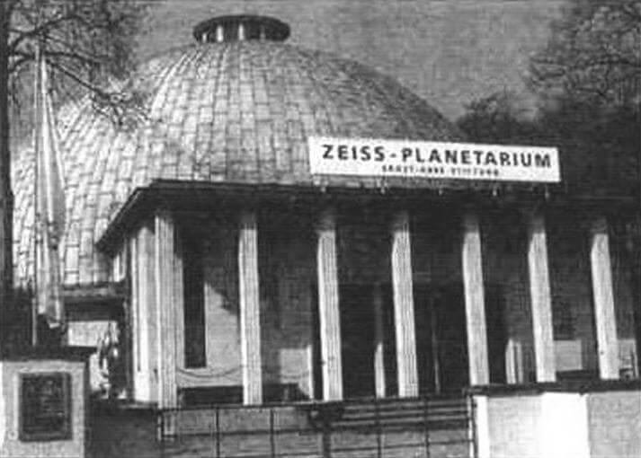 Первым архитектурным сооружением в форме геодезического купола был открытый в 1926 году в Йене (Германии) планетарий