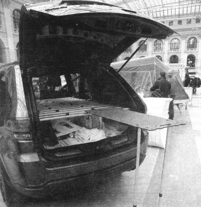 Набор, состоящий из плоских панелей различной конфигурации и раздвижных стоек, позволяет собрать то кровать, то походный столик, шкафчик или кресло
