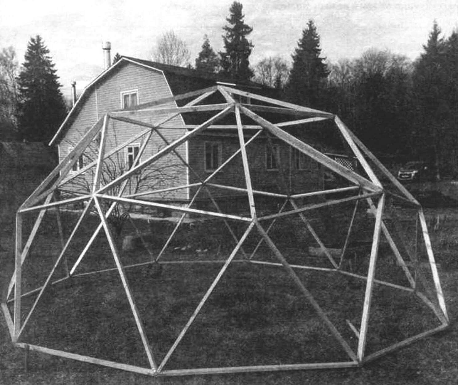 При сборке каркаса купола обязательно надо промаркировать все ребра, чтобы знать, какой стороной и с какой вершиной соединяется каждое из них