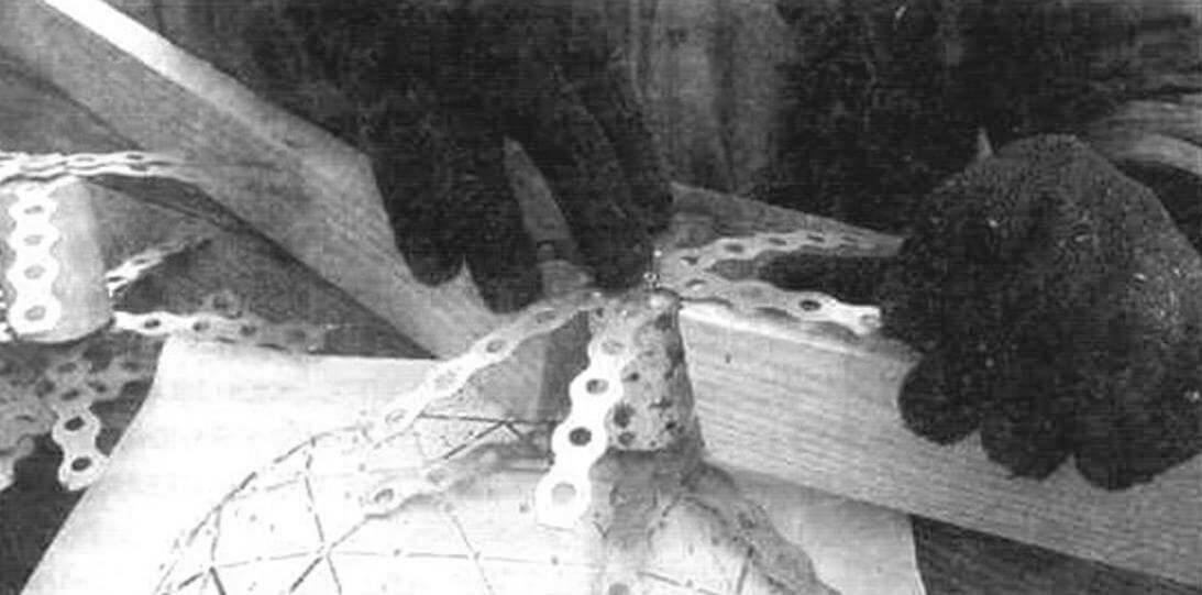 Коннекторы изготовлены из черенка лопаты. Было нарезано 26 цилиндров высотой 42 мм, по количеству вершин треугольников в каркасе. Затем с обоих торнов прикручиваем шурупами от резки монтажной ленты
