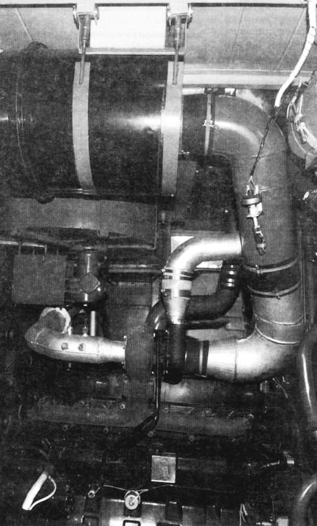 Вид на моторный отсек с правого борта. Здесь же размещены система охлаждения, климатическая установка и топливные баки. Моторный отсек с левой стороны. Он оборудован освещением и отапливается, что позволяет проводить обслуживание или ремонт двигательной установки в условиях минусовых температур