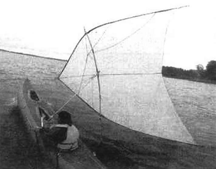Пример «клешни», используемой на легкой байдарке. Рейки сделаны из тонких трубок от палаточного каркаса