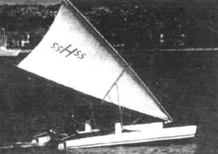 Катамаран Арта Лейна, оборудованный парусом на Т-образном подвесе
