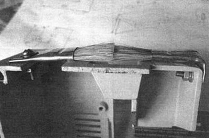 Пленка проходит через кисточки, закрепленные на крышке, стряхивая с них пыль