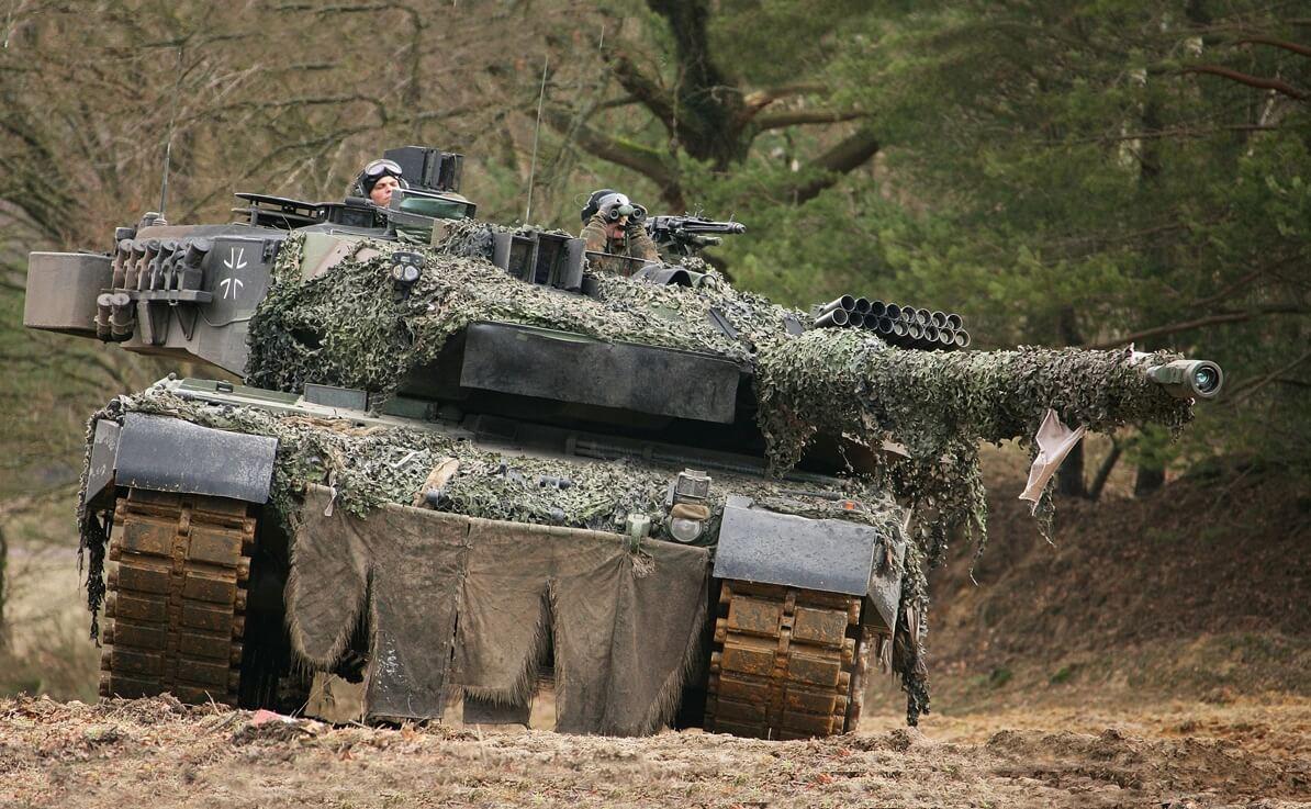 Т-14 способен разогнаться до скорости 90 км/ч, причем не только по шоссе, но и на пересеченной местности