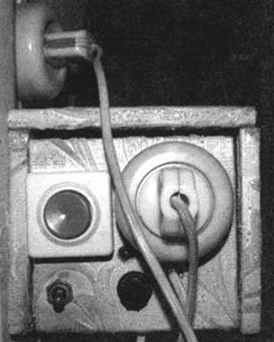 В рабочем режиме вилка, соединенная с лампами в коридоре, вставляется в розетку на корпусе таймера