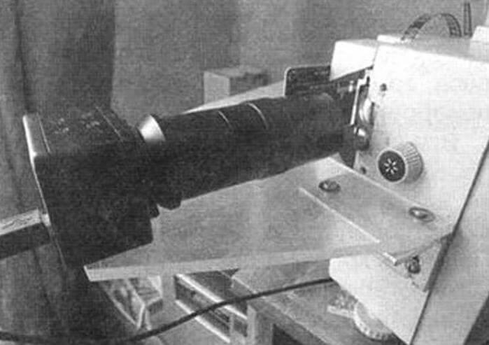 Крепление камеры получилось простое, пропилы в крепежном уголке позволяют выставить изображение по центру кадра. Наводка на резкость - до четкого появления зерна пленки