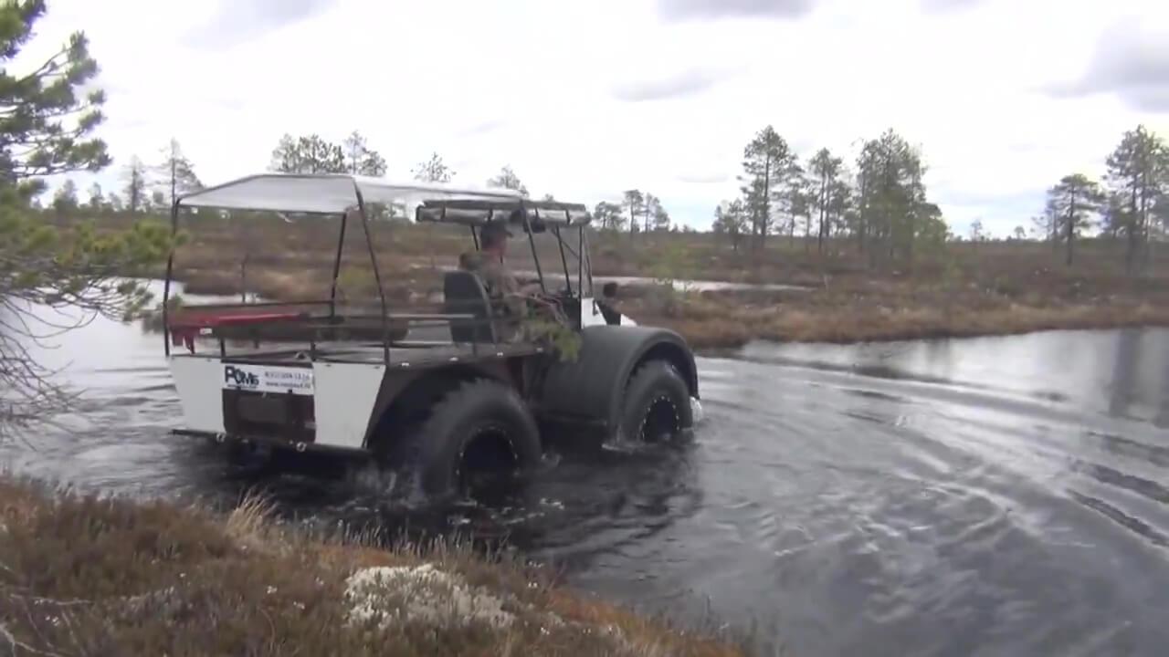 На воде «Ромб» уверенно держится за счет огромного водоизмещения своих колес