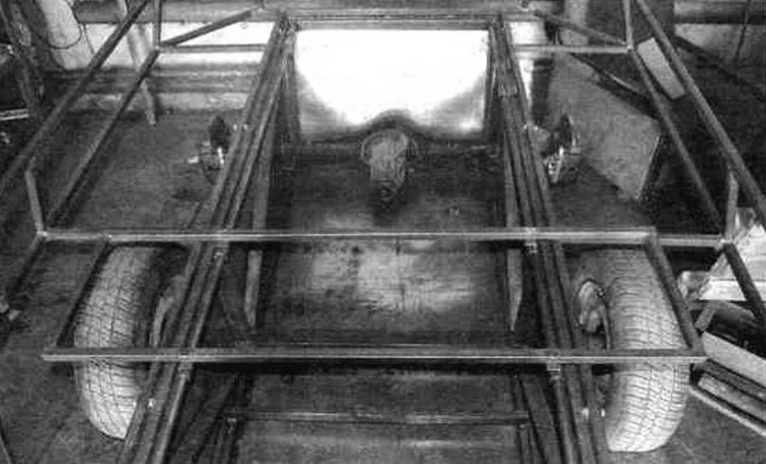 Вездеход оборудован сиденьями, которые, скользи по специальным трубчатым полозьям на бортах, трансформируются в ложе длиной 1900 мм. На фото виден каркас переднего сиденья