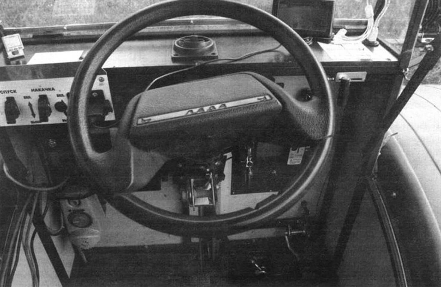 В нижнем левом углу видна помпа централизованной подкачки колес