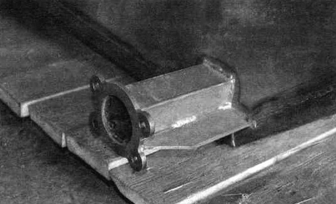 Оси паразитных катков изготовлены из квадратного профиля 50x50 мм, к нему приварены фланцы из стали 6 мм для крепления цапф колесных ступиц