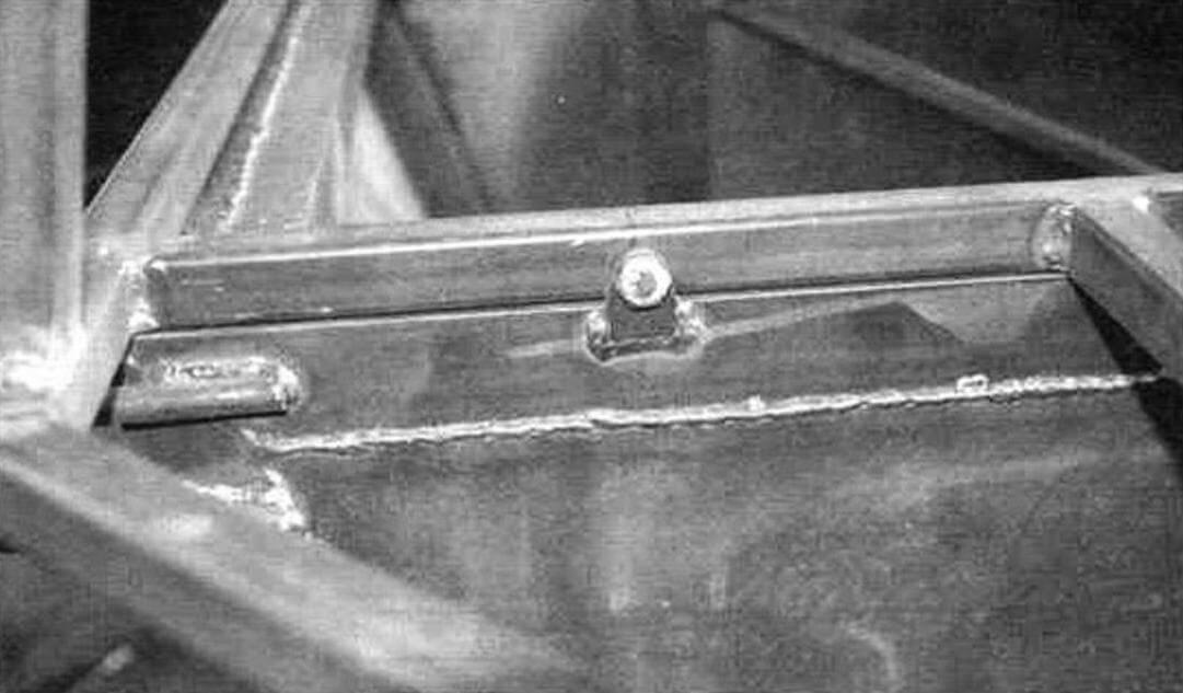 Листы кузова-лодки герметично приварены к каркасу внахлест, но не перекрывают его полностью. Верхняя рамка крепится на болтах