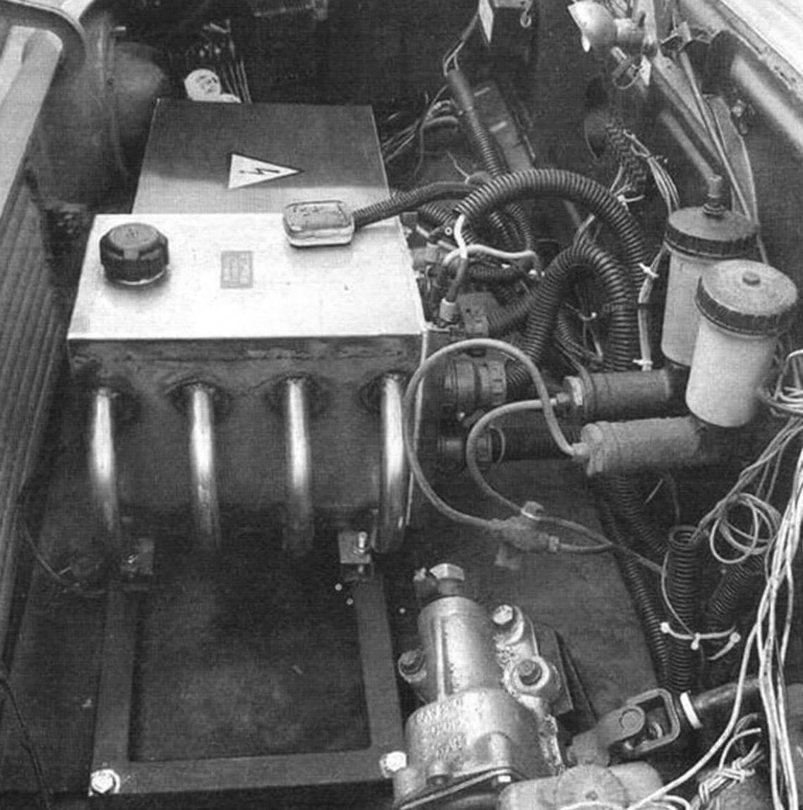 Вместо ДВС - контроллер, управляющий моторами по команде водителя. Для охлаждения он помещен в герметичный корпус из нержавейки и залит трансформаторным маслом