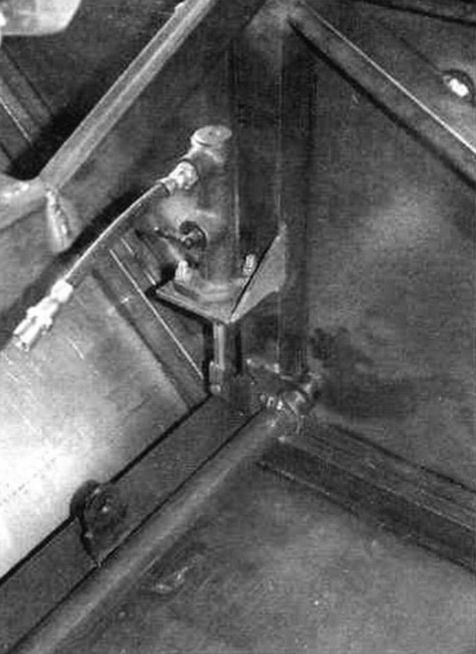 Главные тормозные цилиндры системы управлении расположены но бортам